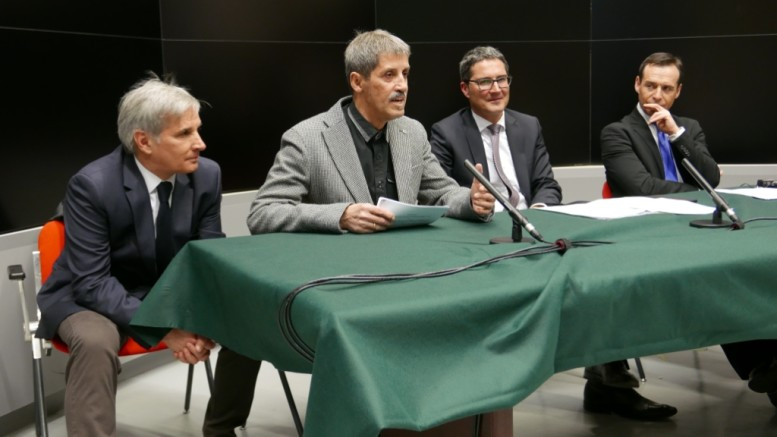 Da man ciancia: Vittorio Longatti (diretour dla RAI Südtirol), Erwin Frenes, Arno Kompatscher y Guido Rossi (direzion Generala dla RAI da Roma).
